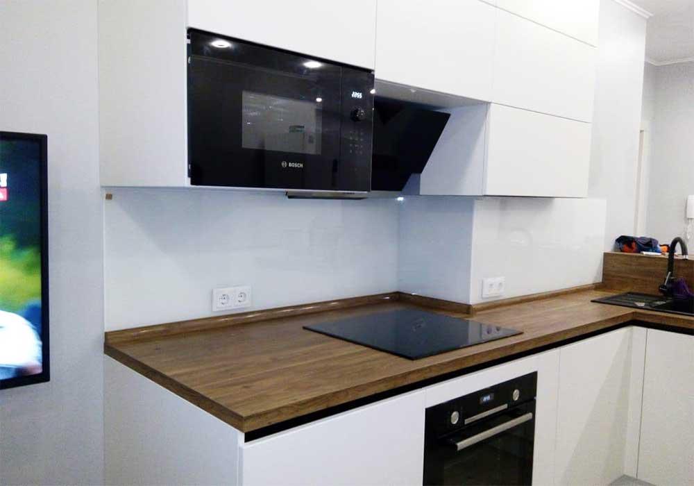 Однотонное скинали для белой кухни